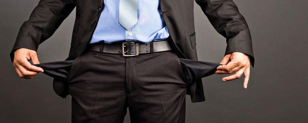 Банкротством называют легальную возможность полностью списать собственные долги. Сделать это можно двумя путями: путем их реструктуризации, либо через суд. Следует понимать, что сама по себе эта процедура довольно хлопотная и продолжительная во времени. Вы не сможете просто явиться в свой банк и объявить, что больше не имеете возможности погашать задолженность — банкротство должно быть подтверждено решением суда.