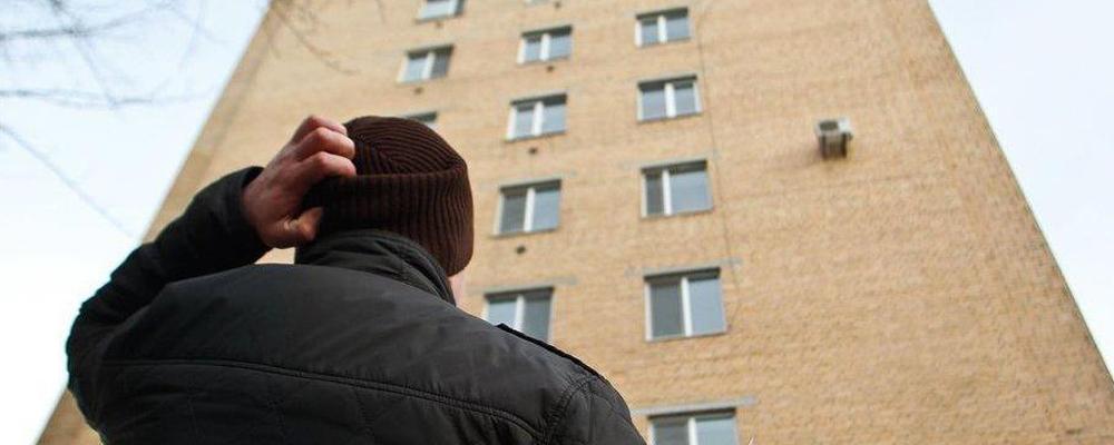 Единственное жилье, в котором проживает должник, не входит в перечень имущества, включенного в конкурсную массу. Данная норма закреплена статьей 446 ГПК РФ, она много раз подтверждалась Конституционным судом. Однако важно понимать, что именно будет считаться единственным жильем. Согласно той же норме закона — это помещение, квартира или дом, в котором зарегистрирован и проживает должник со своей семьей, не владеющий на правах собственности другими объектами жилой недвижимости.