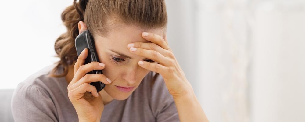 Как правило, банк сам напоминает заемщикам о наличии долга — чаще всего, по телефону. Также клиент может самостоятельно обратиться в банк за получением информации относительно состояния своего кредита.
