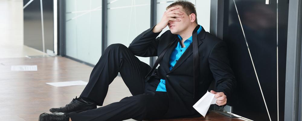 Человек может стать банкротом, если у него есть долговые обязательства, которые он больше не способен исполнять. Например, человек берет хорошую квартиру в ипотеку. У него стабильный, большой доход, и он уверен, что сможет спокойно вносить ежемесячные платежи. Потом ему повышают зарплату, и человек берет еще несколько кредитов: на покупку автомобиля и новой бытовой техники.
