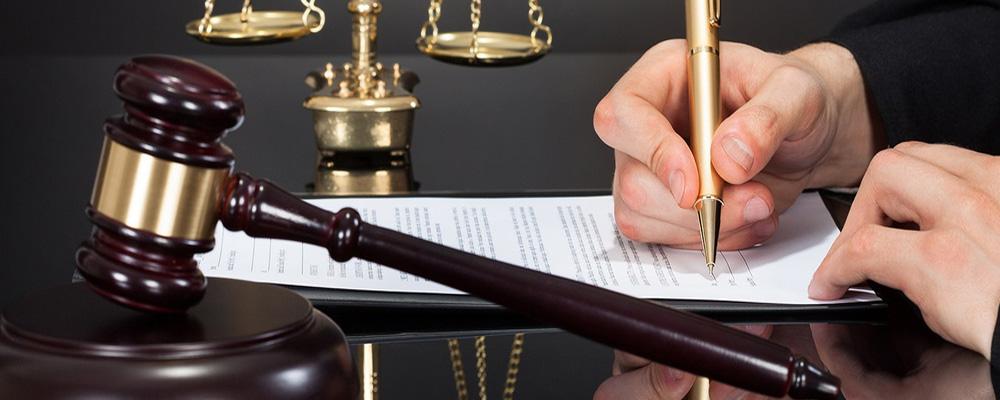 На последовательность погашения задолженностей не в силах повлиять должник, взыскатель, управляющий или арбитражный судья. Порядок осуществления выплат не является произвольным, он строго регламентирован Законом о банкротстве, который обязывает удовлетворить финансовые требования кредиторов по очереди.