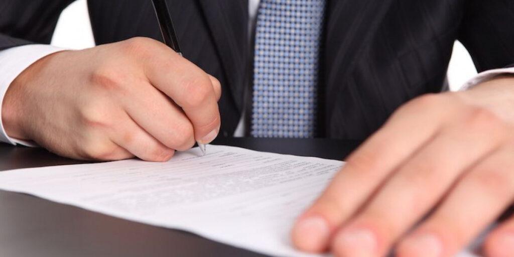 Рабочие взаимоотношения руководства и подчиненных регулируются специальными органами — трудовыми инспекциями. Они, как и профсоюз, часто становятся на сторону пострадавшего в возникшем споре с работодателем. Уволенный сотрудник вправе попросить инспекцию провести проверку законности действий руководителя и получить документ с результатами рассмотрения своего заявления.