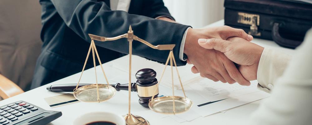 Адвокаты не только подготавливают документы в Арбитраж и принимают участие в процессе. По просьбе доверителя, которым может выступать как кредитор, так и физ. лицо, юристы участвуют в переговорах между сторонами на досудебной стадии. Реструктуризация долга и подписание мирового соглашения — оптимальный выход для заемщиков, которые могут и хотят начать погашать долги, но на условиях, отличных от ранее заключенного кредитного договора.