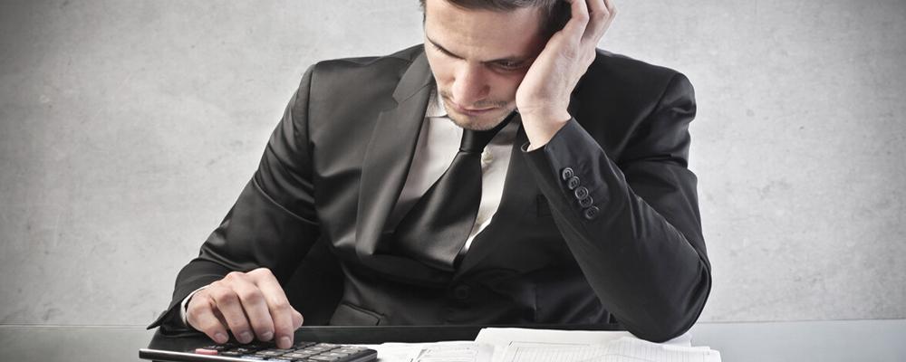 Индивидуальный предприниматель — это юридическое лицо. Соответственно, и последствия после банкротства для него будут несколько отличаться в сравнении с теми, что ожидают физ. лицо. Что касается имущественных вопросов, то тут все аналогично. Имущество ИП также может быть распродано, чтобы покрыть задолженность. ИП автоматически прекращает свое существование. Предприниматель утрачивает статус юридического лица.