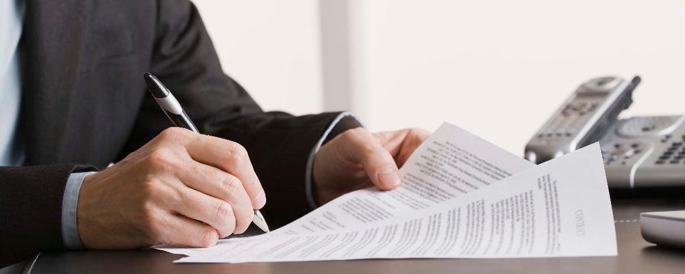 По общему правилу незаконно уволенный сотрудник обращается с заявлением в суд по месту регистрации предприятия или фирмы, т.е. нахождения ответчика. Это не всегда удобно, особенно, если истец вынужден приезжать на заседания из другого населенного пункта. Поэтому закон предоставляет работнику привилегию — он может обратиться в суд по месту проживания. Второй льготой для несправедливо уволенного лица является освобождение при подаче иска от уплаты госпошлины.
