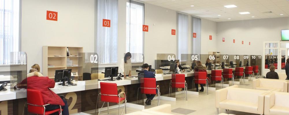 Чтобы воспользоваться внесудебной процедурой банкротства, необходимо подать письменное заявление в МФЦ по месту своего жительства. К заявлению необходимо приложить список, с указанием всех кредиторов, перед которыми имеются долги.