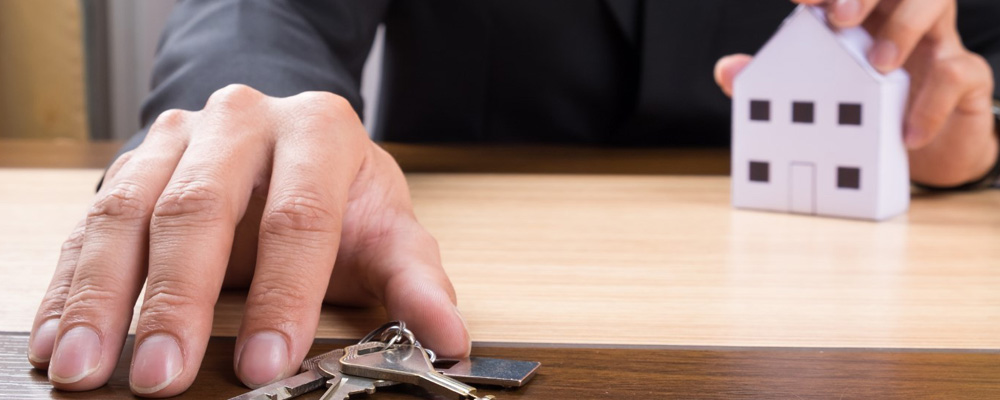Для продажи доли ее собственник письменно информирует о своем решении других владельцев. Распоряжение имуществом любого вида производится только после предоставления согласия остальных участников (статьи 246 и 253 ГК).