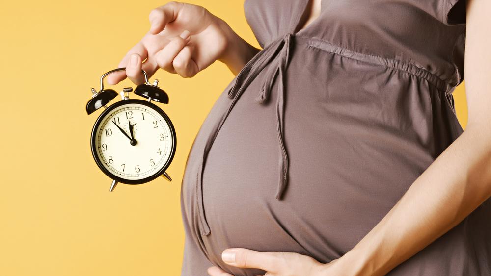 Уход в декрет считается правом, а не обязательством работницы. Руководство предприятия не может привлечь женщину к трудовой деятельности, пока та находится в отпуске по причине беременности или ухаживает за ребенком.