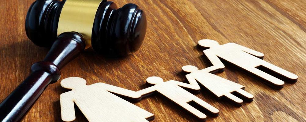 Размер платежа и сроки проведения содержатся в судебном решении или в условиях заключенного между сторонами соглашения. Недобросовестные плательщики часто уклоняются от своих обязательств. Поэтому наиболее распространенной проблемой получателей становится истребование задолженности по алиментам. За их принудительной выплатой необходимо обратиться в суд.
