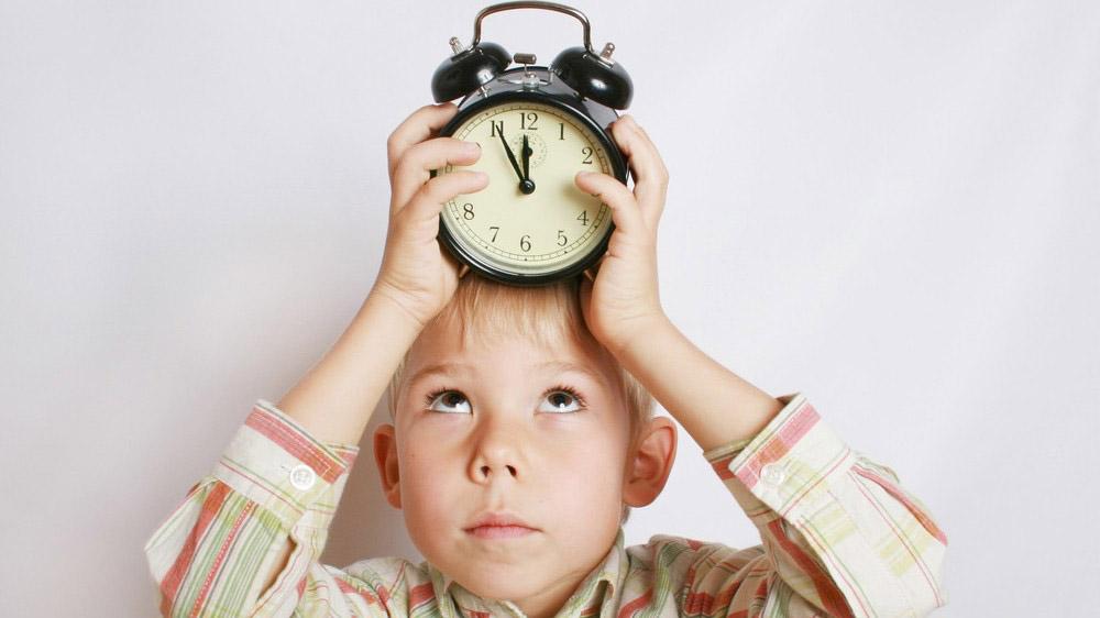 Сертификат вправе оформить и получить как мать, так и отец. На эту процедуру ранее ПФР отводилось 14 дней, на рассмотрение заявления — 1 месяц. В 2020 г. эти сроки сократились. Выдача сертификата при проактивном оформлении производится в течение 5 дней, вынесение решения по заявке — 15 рабочих дней.