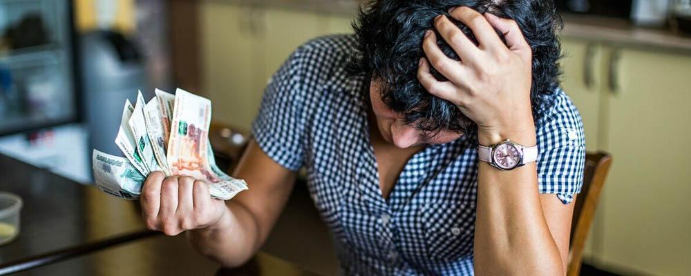 До внесения изменений в Закон № 127-ФЗ признание человека неплатежеспособным должником производилось в судебном порядке. Процедура была финансово затратной и занимала достаточно много времени — от 3-6 месяцев до нескольких лет. Должник должен был доказать невозможность исполнения взятых на себя ранее обязательств, погасить судебные издержки и оплатить услуги управляющего.
