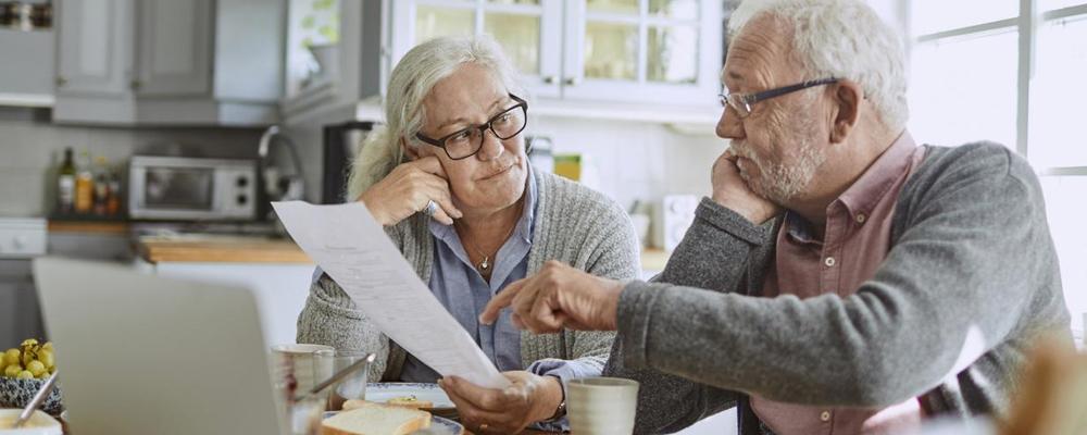 Расторжение договора производится с учетом положений ст. 77 ТК. Пенсионер, как и работник, находящийся в ином статусе, может свободно уволиться при наличии у него такого желания. И это не обязательно должно произойти при достижении им установленного законом возраста. Увольняющийся пенсионер пишет на имя работодателя заявление о расторжении трудового соглашения.