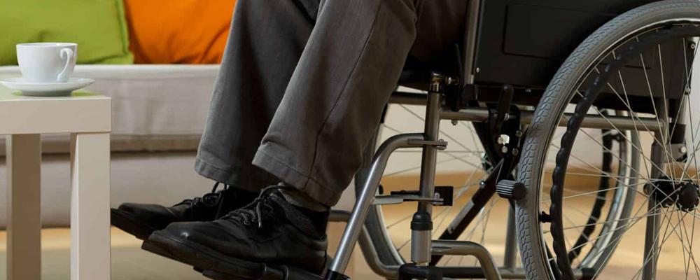 Пенсионер может уйти с работы после частичной или полной потери трудоспособности. В зависимости от присвоенной группы ему назначается страховая пенсия. Увольнение производится без обязательной отработки. Трудовую пенсию получают лица, имеющие необходимое количество лет стажа. При нехватке 1 года инвалид II и III группы может его доработать и произвести перерасчет выплат.
