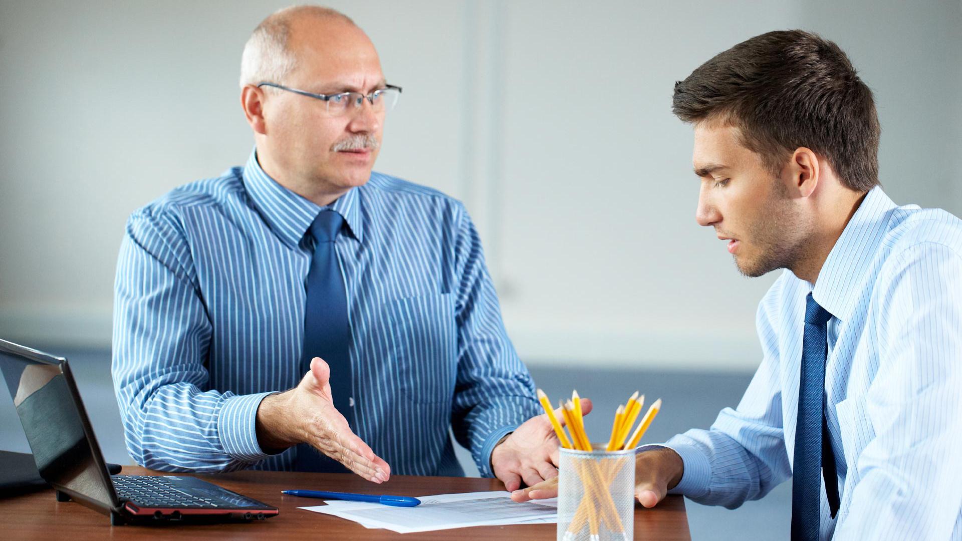 В трудовом кодексе нет конкретного перечня ситуаций, за которые можно применять замечание или выговор. Следует ориентироваться только на перечень обязанностей сотрудника прописанных в документах, подписанных при трудоустройстве. И применять дисциплинарное наказание, если работник их не выполняет и работодателя это не устраивает.